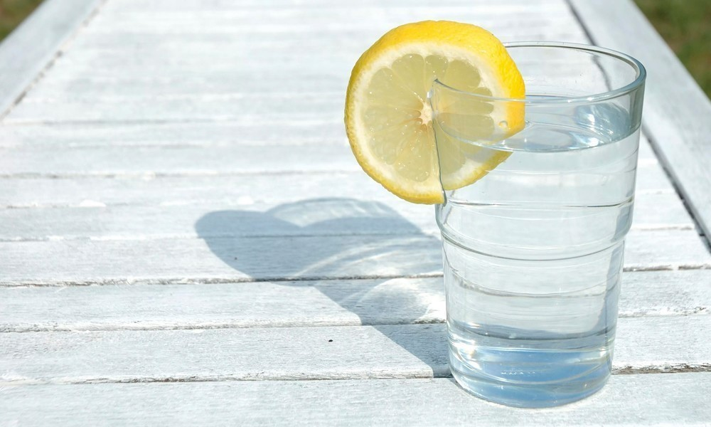 стакан воды с лимоном